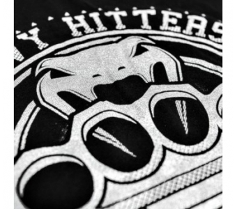 """Produktinfo: Made of 100% high grade brazilian cotton, """"Heavy Hitters""""'s tee shows us some tremendous design with its oversize brass knucles made with silver ink. Amazing result! Technical features : - 100% high grade brazilian cotton. - Very conmfortable. - High quality screen printing. - Silver ink. - Made in Brazil."""